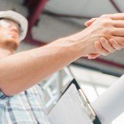 Dostawa materiałów budowlanych z montażem a stawka VAT na fakturze